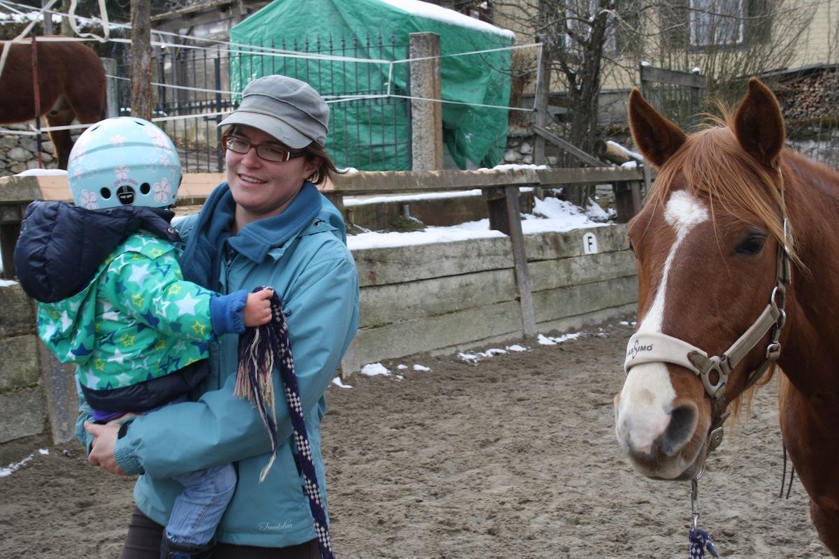 Kind führt Pferd